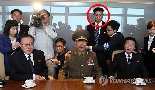 2014년 북한 3인방을 밀착 경호하는 북한 경호원(원안에 있는 인물) 모습. 연합뉴스