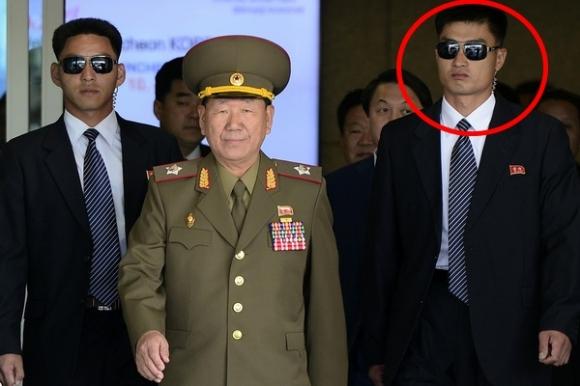 2014년 황병서를 호위하는 북한 경호원 모습. 연합뉴스