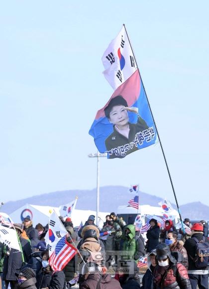 2018 평창 동계올림픽의 개막식이 열릴 예정인 9일 오후 강원도 평창군 대관령면 대관령 환승 주차장에서 남북 공동입장 및 단일팀에 반대하는 단체들이 태극기 집회를 하고 있다. 박지환 기자 popocar@seoul.co.kr