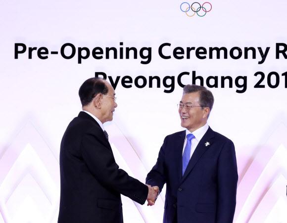 [올림픽] 문 대통령, 북한 김영남 최고인민회의 상임위원장과 인사