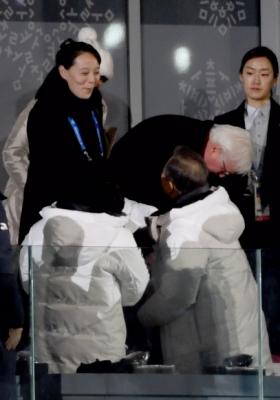 9일 올림픽 개막식에 참가한 문재인 대통령과 김여정이 인사를 나누고 있다. 2018. 02. 09 박지환 기자 popocar@seoul.co.kr