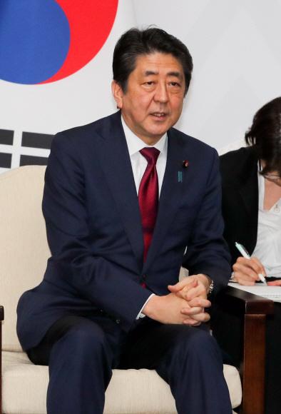 """문재인 """"위안부 합의 해결 안돼""""…아베 """"약속 지켜라"""" 충돌"""