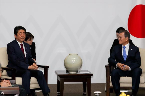 문재인 대통령 시선 외면한 아베 일본 총리