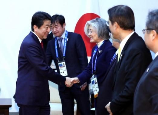 아베 총리, 강경화 외교부 장관과 인사