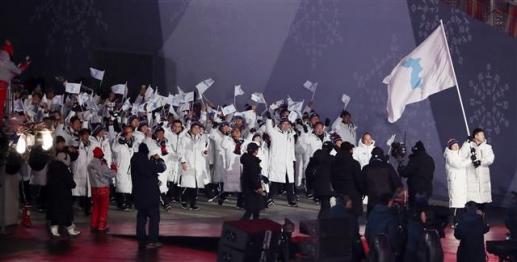 '11년만에 다시 한반도기 는 남북한 선수단' 2018 평창동계올림픽이 대단원의 막을 올린 9일 강원도 평창올림픽스타디움에서 열린 평창동계올림픽 개막식에서 남북한 선수단이 한반도기를 흔들며 입장하고 있다. 올림픽에서 남북한 선수단이 공동입장하는 것은 2006년 토리노동계올림픽 이후 11년 만이다. 3만5000여명의 관람객과 전 세계 시청자 25억여명의 시선을 사로잡을 평창동계올림픽 개막식은 '행동하는 평화(Peace in motion)'를 주제로 2시간 동안 진행된다. 2018.2.9/뉴스1