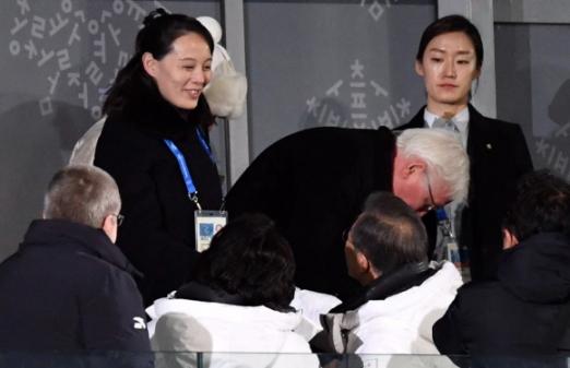 9일 강원도 평창 올림픽 스타디움에서 열린 2018 평창 동계올림픽 개막식에서 문재인 대통령이 북한 노동당 위원장의 동생인 김여정 북한 노동당 제1부부장과 악수하고 있다. 2018. 02. 09 평창=박지환 기자 popocar@seoul.co.kr