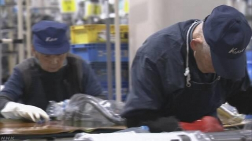 젊은 일손을 찾지 못한 일본 중소제조업체에서 일하는 노인 직원들.
