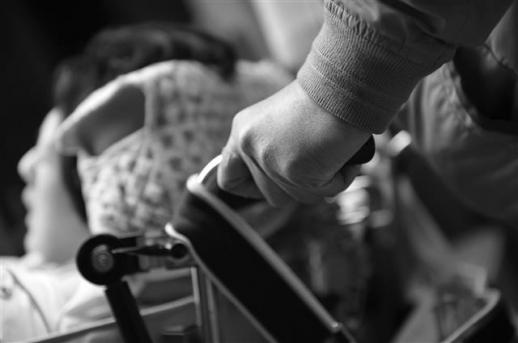 핵가족화로 간병을 담당할 사람이 줄어들면서 혼자서 여러 명을 간병하는 '다중 간병'도 늘고 있다. 사진은 선천성 뇌성마비인 딸과 조현병·치매에 걸린 아내를 함께 돌보는 70대 남성이 딸의 휠체어를 미는 모습. 시그마북스 제공
