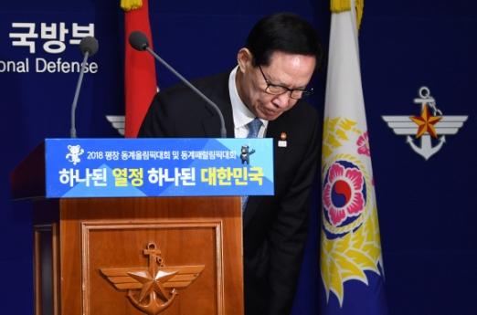 송영무 국방부 장관이 9일 서울 국방부 청사에서 5·18 특별조사위 조사 결과와 관련한 입장 발표를 하던 중 당시 무력진압을 한 것에 대해 머리 숙여 공식 사과하고 있다. 손형준 기자 boltago@seoul.co.kr