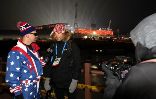 외신 기자들 열띤 취재  외신 기자들이 9일 오후 평창동계올림픽 개회식이 열리는 강원 평창 올림픽 스타디움을 배경으로 뉴스를 전하고 있다. '하나 된 열정'이라는 슬로건을 내걸고 치르는 이번 평창올림픽에는 총 92개국 선수 2920명이 참가한다. 평창 연합뉴스