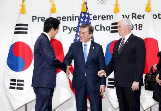 文대통령, 아베·펜스와 포토세션서 악수  문재인 대통령이 9일 강원 용평리조트 블리스힐스테이에서 평창올림픽 개회식 참석차 방한한 아베 신조(왼쪽) 일본 총리와 마이크 펜스(오른쪽) 미국 부통령과 함께 한·미·일 포토세션을 갖고 인사를 나누고 있다. 청와대 사진기자단