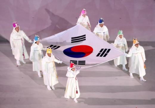 9일 평창 올림픽스타디움에서 열린 평창동계올림픽 개회식에서 한국을 대표하는 스포츠 영웅 8명이 태극기를 들고 입장하고 있다. 평창 연합뉴스