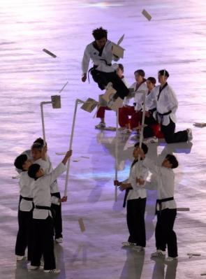 평창동계올림픽 개막일인 9일 남북한 태권도 시범단이 강원 평창 올림픽스타디움에서 합동공연을 펼치고 있다. 이들은 송판과 기왓장 격파 등으로 개회식 식전행사 무대를 6분 정도 꾸몄다. 평창 박지환 기자 popocar@seoul.co.kr