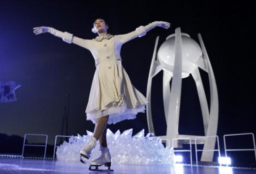 제23회 평창동계올림픽이 9일 막을 올렸다. 사진은 스케이트화를 신은 김연아가 성화 점화 직전 짤막한 쇼를 펼치고 있다.  AP 연합뉴스