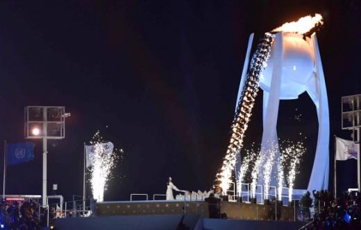 제23회 평창동계올림픽이 9일 막을 올렸다. 사진은 김연아가 점화한 성화가 철제 링을 타고 올라가 백자 모양 성화대의 불을 밝히고 있다. 평창 박지환 기자 popocar@seoul.co.kr