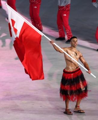 [올림픽] 통가 근육맨 '이 정도 추위 쯤이야' 9일 오후 강원도 평창 올림픽스타디움에서 열린 2018 평창동계올림픽 개막식에서 남태평양 섬나라 통가의 크로스컨트리 스키 국가대표 피타 니콜라스 타우파토푸아가 웃통을 벗고 국기를 들고 입장하고 있다. 2018.2.9