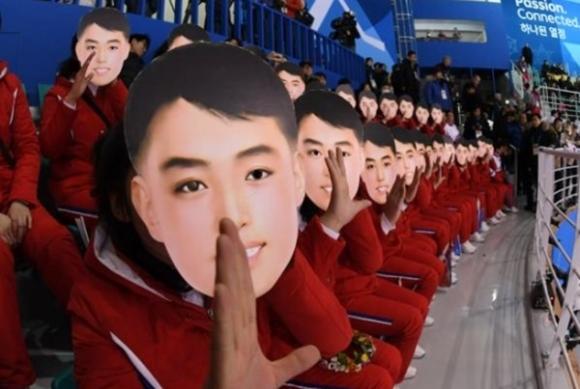 김일성 가면을 쓴 북한 응원단 온라인커뮤니티 캡처