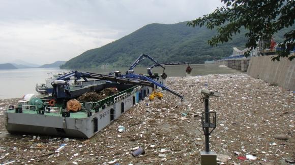 경기도가 상류로부터 유입된 팔당상수원 부유쓰레기를 수거하고 있다. 경기도 제공