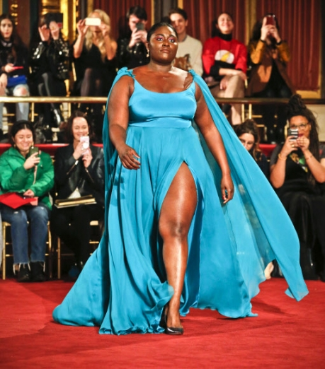 10일(현지시간) 미국 뉴욕에서 열린 뉴욕패션위크에서 영화배우 다니엘 브룩스가 디자이너 크리스찬 시리아노의 패션쇼 무대에 올랐다. AP 연합뉴스