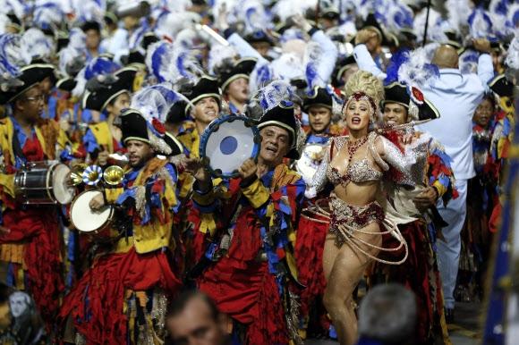 브라질 '카니발' 개막 브라질의 한 삼바학교 공연자들이 11일(현지 시간) 상파울루의 삼바 전용경기장 '삼보드로무'에서 악기를 들고 화려한 카니발 퍼레이드를 선보이고 있다. 예수의 고난과 죽음을 기억하는 교회 절기인 사순절을 앞두고 매년 브라질 주요 도시에서는 전통 가톨릭 행사에 아프리카 풍의 타악기 연주와 열정적 춤을 합친 카니발이 열린다. 올해 카니발은 9일 밤 개막해 13일까지 지속되며 브라질 정부는 이번 축제에 참가하는 국내외 관광객이 1110만명에 달할 것으로 추산했다. 상파울루 EPA 연합뉴스