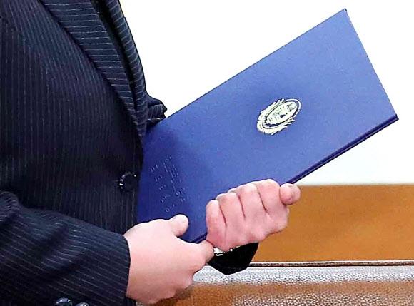 김 제1부부장이 지난 10일 청와대 접견실에서 문재인 대통령에게 전달한 김정은 위원장의 친서. 파란색 표지에 음각으로 '조선인민민주주의 공화국 국무위원장'이라고 쓰여 있다. 연합뉴스