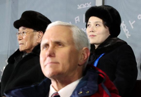 지난 9일 강원 평창올림픽플라자에서 열린 개회식에 참석한 마이크 펜스(앞) 미국 부통령과 김 제1부부장, 김 상임위원장이 한 앵글에 잡혔다. 이들 간 대화는 없었다. 연합뉴스