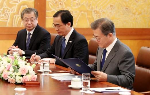 [올림픽] 문 대통령, '북한 김정은 위원장의 친서를 읽어보며'