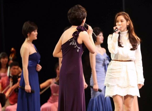 11일 오후 서울 중구 국립중앙극장에서 삼지연 관현악단과 소녀시대 서현이 '우리의 소원은 통일' 노래를 부르고 있다. 청와대사진기자단