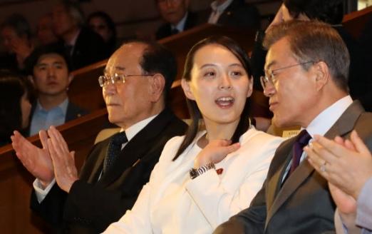 [올림픽] 김여정 부부장 설명 듣는 문 대통령