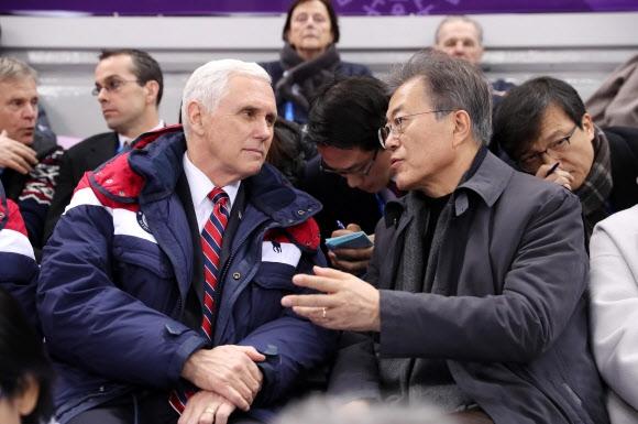 마이크 펜스 미국 부통령이 지난 10일 강릉 아이스아레나에서 열린 평창동계올림픽 쇼트트랙 경기 관람 도중 문 대통령의 이야기를 듣고 있다. 청와대사진기자단