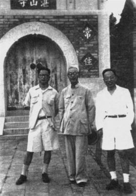 '중국역사지도집'을 만든 탄치샹(왼쪽)과 구제강(顧頡剛·가운데)은 1950년대 후반~1960년대 초반 베이징대학에서 북한의 리지린를 가르친 역사학자로서 고사변파의 대표학자다. 1957년.