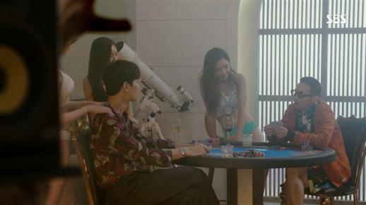 드라마 시청 등급은 표현 수위에 따라 달라진다. SBS '리턴'은 15세 이상 관람가임에도 불구하고 선정적이고 폭력적인 장면이 많아 등급 상향 조정을 심의 중이다.  SBS 제공