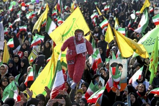 """이란 이슬람 혁명 39주년 기념집회 11일(현지시간) 이란의 수도 테헤란에서 열린 이슬람 혁명 39주년 기념집회에서 참가자들이 반미 구호를 외치고 있다. 이들은 원숭이를 형상화한 도널드 트럼프 미국 대통령의 모형에 이스라엘을 상징하는 '다비드의 별'을 걸어 미국의 친이스라엘 정책을 맹비난했다. 하산 로하니 이란 대통령은 이날 연설을 통해 """"미국과 이스라엘 정권이 이란과 중동의 내정에 간섭하고 분열시키려고 한다""""고 비판했다.  테헤란 AP 연합뉴스"""
