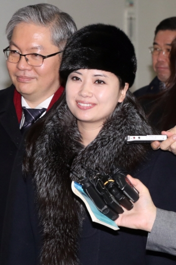 대답 없이 미소만 남긴 현송월 평창동계올림픽 축하공연을 위해 방남한 현송월(오른쪽) 북한 삼지연관현악단 단장이 12일 오전 파주 도라산 남북출입사무소를 통해 북한으로 돌아가고 있다. 사진공동취재단