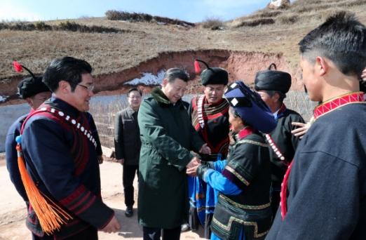 """시진핑 직접 운전해 쓰촨성 시찰… """"빈곤 퇴치""""  시진핑 중국 국가주석이 11일 중국 남서부 쓰촨성 량산이족 자치주의 산간 지대인 자오줴현 화푸촌을 방문해 소수민족인 이족(彛族) 농민과 손을 맞잡고 있다. 시 주석은 직접 차를 몰아 2시간여 만에 이곳에 도착해 마을 상황과 난방 등을 둘러본 뒤 빈곤 퇴치를 약속했다. 이번 시찰은 '친서민 지도자'의 이미지를 부각했다는 긍정적인 측면과 함께 선물받은 전통 복식이 과거 혁명 열사와 영웅 이미지를 연상시킨다며 우상화 논란도 부르고 있다.  청두 신화 연합뉴스"""