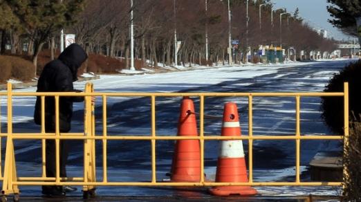 13일 오전 폐쇄가 결정된 제네럴모터스(GM) 전북 군산 공장이 한적한 모습을 보이고 있다.  연합뉴스