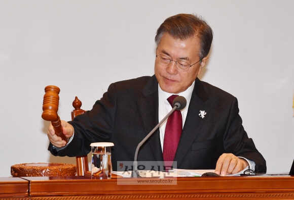 문재인 대통령이 13일 청와대 여민관에서 첫 영상 국무회의를 주재하고 있다. 안주영 기자 jya@seoul.co.kr