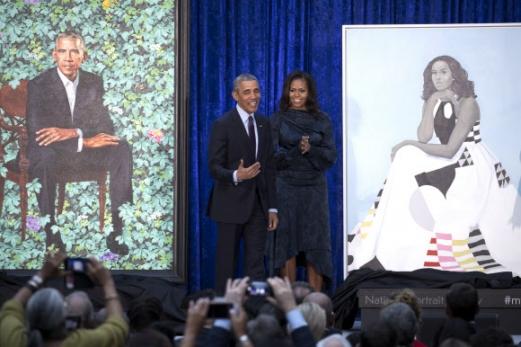 12일(현지시간) 미국 워싱턴DC의 스미소니언 국립초상화갤러리에 버락 오바마 전 대통령과 부인 미셸 오바마 여사의 초상화가 나란히 걸렸다. EPA 연합뉴스
