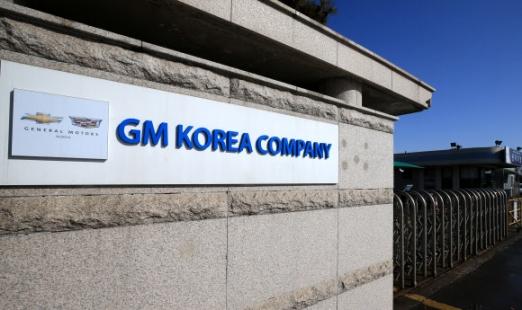 13일 오전 폐쇄가 결정된 제네럴모터스(GM) 전북 군산 공장 입구가 한적한 모습을 보이고 있다.  연합뉴스