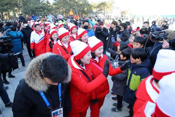 [올림픽] 시민들과 인사하는 북한 응원단