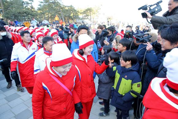 [올림픽] 경포대 나들이 나선 북한 응원단
