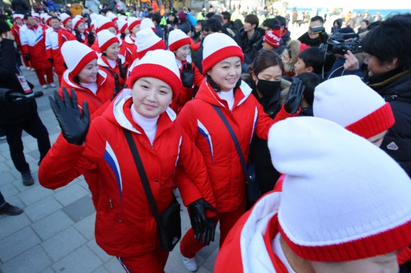 [올림픽] 경포대 도착한 북한 응원단