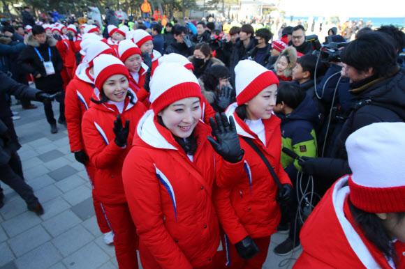 [올림픽] 인사하는 북한 응원단