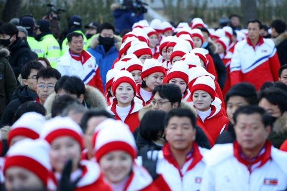 [올림픽] 경포대 나들이 하는 북한 응원단