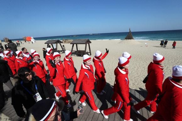 올림픽] 경포해변 찾은 북한 응원단