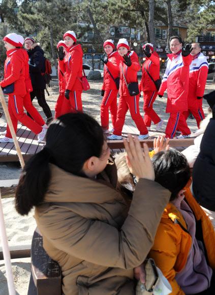 [올림픽] 경포해변 찾은 북한 응원단