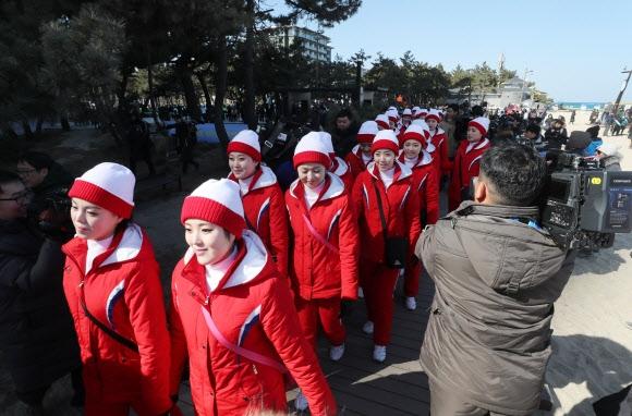 [올림픽] 경포해변 찾은 북한 응원단 13일 강원도 강릉시 경포해변을 찾은 북한 응원단이 주변을 둘러보고 있다. 연합뉴스