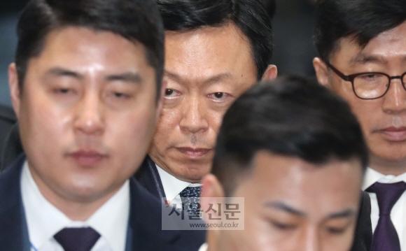 '최순실 국정농단 사건'에 연루돼 뇌물공여 혐의를 받고 있는 신동빈 롯데그룹 회장이 13일 오후 서울 서초동 서울중앙지법에서 열린 1심 선고공판에 출석하고 있다. 손형준 기자 boltagoo@seoul.co.kr