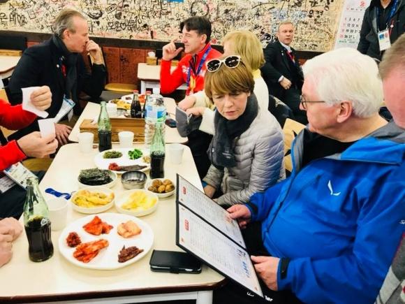 불고기덮밥 주문하는 독일 대통령 프랑크발터 슈타인마이어(오른쪽) 독일 대통령 부부가 지난 10일 강원 강릉의 한 음식점에서 차림표를 살펴보고 있다. 슈타인마이어 대통령 부부는 이날 불고기덮밥을 주문해 먹었다. 청와대 페이스북