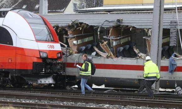 구조대원들이 지난 12일(현지시간) 오스트리아 니클로스부르크에서 발생한 충돌사고로 처참하게 찢겨진 열차를 살펴보고 있다.AP 연합뉴스